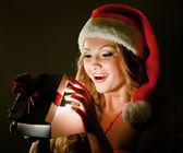 Detail usmívající se žena s dárkem — Stock fotografie