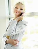Mulher bonita com um telefone — Foto Stock
