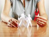 Kobieta dbanie o papier ludzi i aids — Zdjęcie stockowe