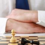 człowiek gra w szachy — Zdjęcie stockowe