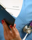 Una doctora con una carpeta — Foto de Stock