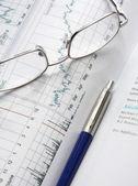 Finanční grafy, pero a brýle — Stock fotografie