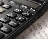 Primer plano de la pluma y calculadora en números de mesa de papel. — Foto de Stock