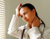頭の痛みを持つ女性医師 — ストック写真