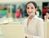 Affärskvinna arbete på laptop — Stockfoto