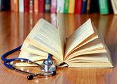 Stetoskop je ležící s knihou — Stock fotografie
