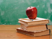 Bir yığın kitap üzerinde kırmızı elma — Stok fotoğraf