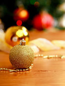 Cerrar bola decorativa sobre el fondo del árbol de navidad. — Foto de Stock
