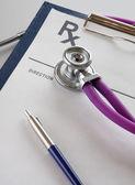 Close-up van een stethoscoop op een rx recept — Stockfoto
