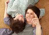 Um jovem casal no chão — Fotografia Stock