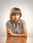 Une jeune collégienne assis au comptoir — Photo