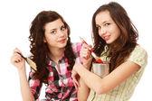 Unga flickor med penslar och målningar — Stockfoto