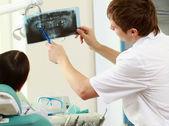 持有 x 射线的牙医 — Stockfoto