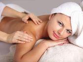 Frau empfangen massage — Stockfoto