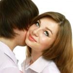 jeune homme embrasser sa petite amie — Photo