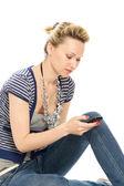 Atraktivní mladá dívka odesílání zprávy — Stock fotografie