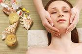 Mujer recibe tratamiento en el spa — Foto de Stock