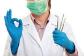 一名牙医用的工具,显示确定 — 图库照片