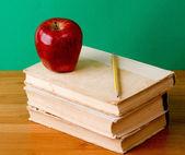 Stos książek z jabłkiem — Zdjęcie stockowe