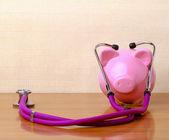 Piggy bank met stethoscoop — Stockfoto