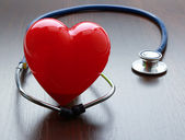 Un cuore con uno stetoscopio — Foto Stock