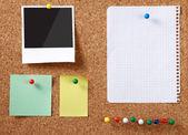 软木留言板与各种纸笔记. — 图库照片