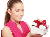 ギフト用の箱を持つ女性 — ストック写真