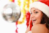 счастливая девушка в шляпе санта, изолированные на белом фоне — Стоковое фото