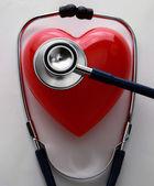 图像的一个听诊器和一颗红色的心 — 图库照片