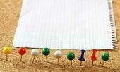 Placa de mensagem de cortiça com várias notas de papel. — Foto Stock
