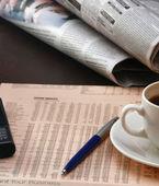 Taza de café junto a la prensa — Foto de Stock