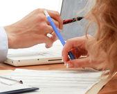 Businesspeople sitting at desk — Zdjęcie stockowe