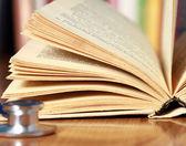стетоскоп лежал с книгой — Стоковое фото