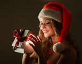 γυναίκα με δώρο — Stockfoto