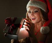 Frau mit geschenk — Stockfoto
