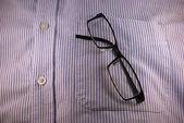 Brille in der Hemdtasche — Stockfoto