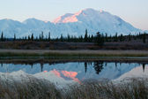 Mt. McKinley in NP Denali during sunrise, from a lake near Wonder Lake campsite — 图库照片