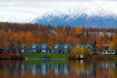 Houses on shore of lake in Wasilla — Stockfoto