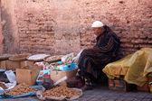 Muž prodej sušeného ovoce a ořechů — Stock fotografie
