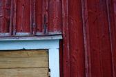 детали угла деревянной двери, окрашенные в желтый, белый и красный — Стоковое фото