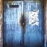 puerta antigua colorida con la antigua muralla — Foto de Stock
