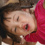 fille buvant à une fontaine d'eau — Photo