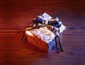 Presente con fiocco blu e oro — Foto Stock