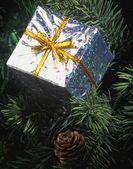 Metalen doos kerstboom decoratie — Stockfoto
