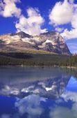 Mountain lake under blue cloudy sky — Stock Photo