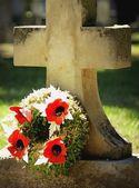 A Gravestone With Flowers — Zdjęcie stockowe