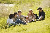 Grupp tonåringar tillsammans — Stockfoto