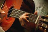 Närbild av en gitarr som spelas — Stockfoto