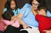 Una madre ai suoi figli di lettura — Foto Stock