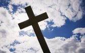 A Cross Silhouetted Against Clouds — Stockfoto